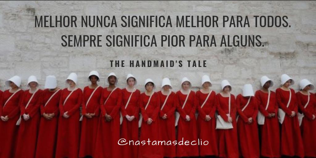 Imagem com várias mulheres com roupas de aia enfileiradas junto a um muro com uma frase do livro escrita, que reflete as inspirações históricas da obra.