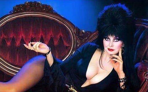 A personagem Elvira que representa as bruxas de sexualidade livre.