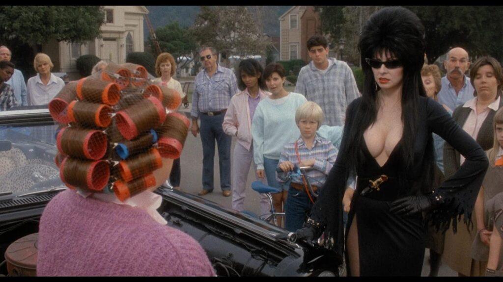 Cena do filme Elvira, que retrata as Bruxas como mulheres sexys que despertam a inveja das outras mulheres.